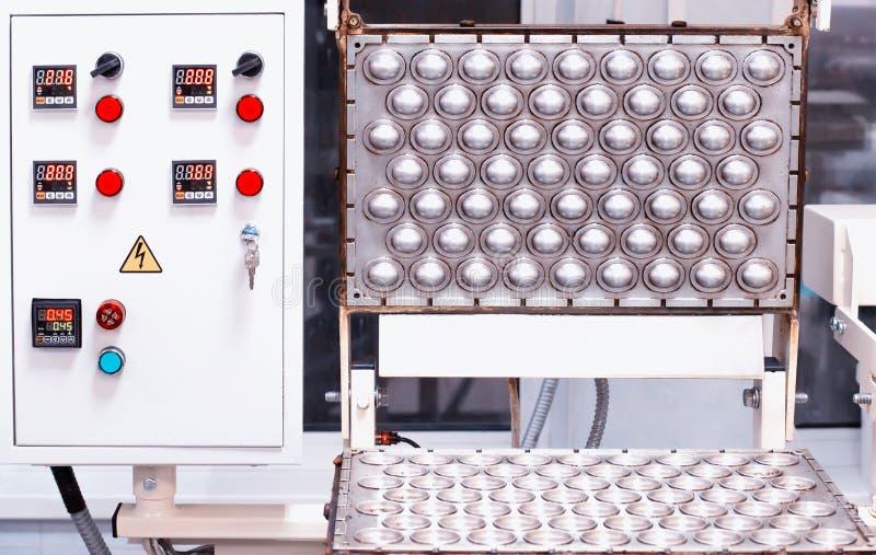 Uma forma moderna para a panificação de nozes com leite condensado Indústria de caldo foto de stock
