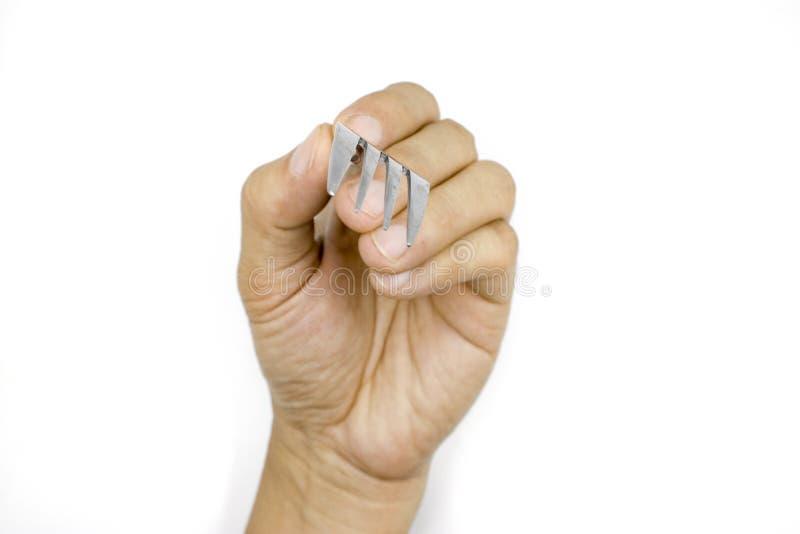 Uma forquilha masculina da terra arrendada da mão, mão do homem isolada no fundo branco imagens de stock royalty free