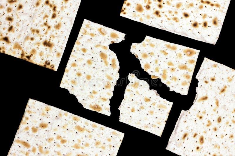 Uma foto aérea de muitas partes de matzah ou de matza isoladas no fundo preto Matzah para os feriados judaicos da páscoa judaica  fotografia de stock royalty free