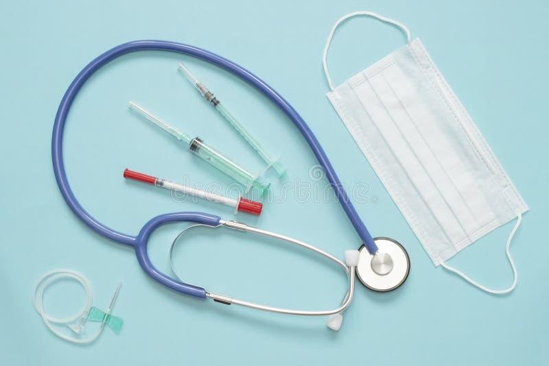 Uma foto de cima da máscara, das seringas e do phonendoscope da saúde Equipamento da vacinação da medicina para o laboratório do  foto de stock royalty free