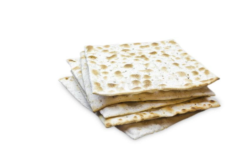 Uma foto de duas partes de matzah ou de matza isoladas no fundo branco Matzah para os feriados judaicos da páscoa judaica Lugar p imagens de stock royalty free