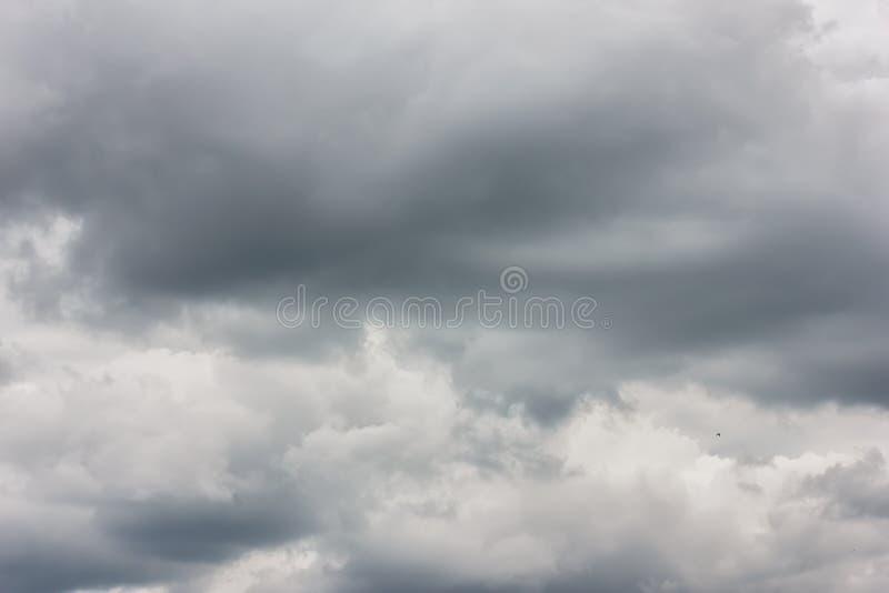 Uma foto de um céu nebuloso, em antecipação a um temporal Tempestade, um temporal imagem de stock royalty free