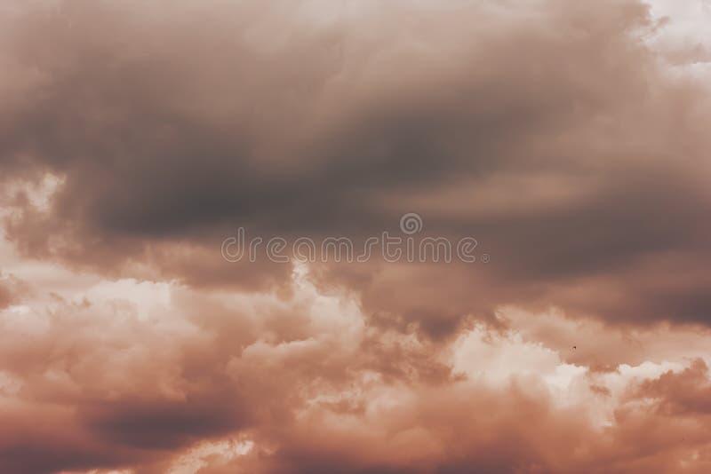 Uma foto de um céu nebuloso, em antecipação a um temporal Tempestade, um temporal foto de stock royalty free