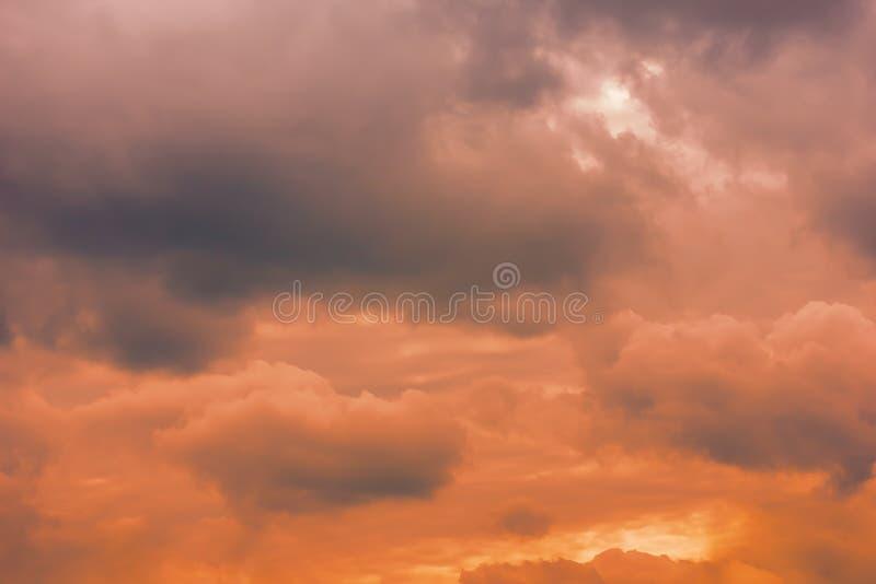 Uma foto de um céu nebuloso, em antecipação a um temporal Tempestade, um temporal fotografia de stock