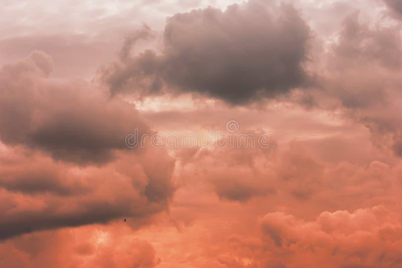 Uma foto de um céu nebuloso, em antecipação a um temporal Tempestade, um temporal fotos de stock