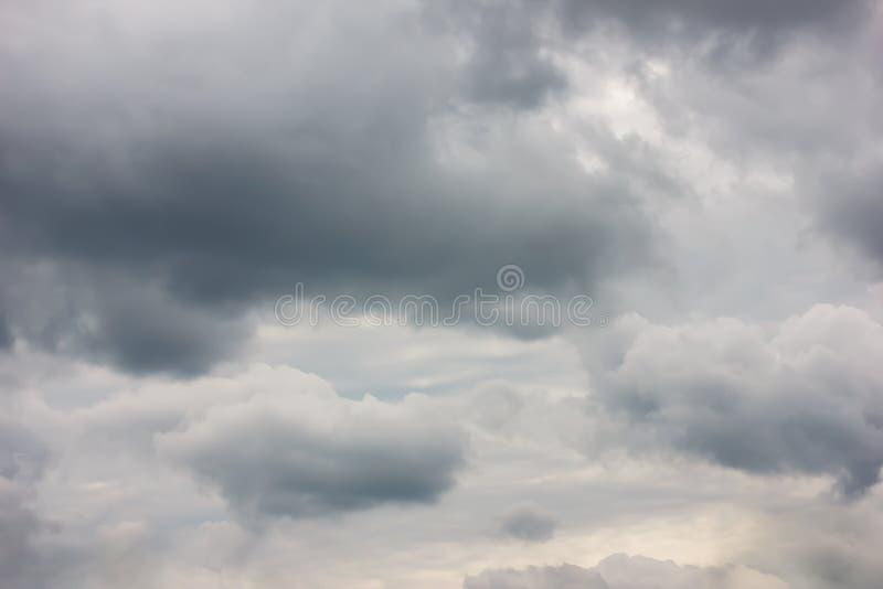 Uma foto de um céu nebuloso, em antecipação a um temporal Tempestade, um temporal fotos de stock royalty free