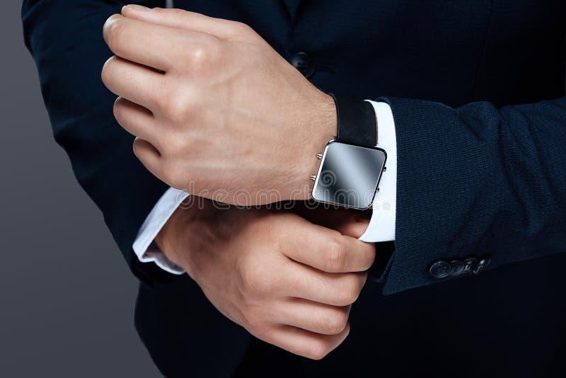 Uma foto de um close-up masculino da mão Relógio de homens no close-up da mão Estilo e sucesso na foto imagem de stock royalty free