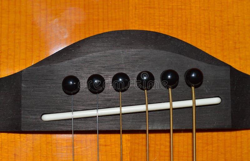 Uma foto do close-up de uma cabeça marrom e preta da guitarra acústica do ` s da criança fotografia de stock