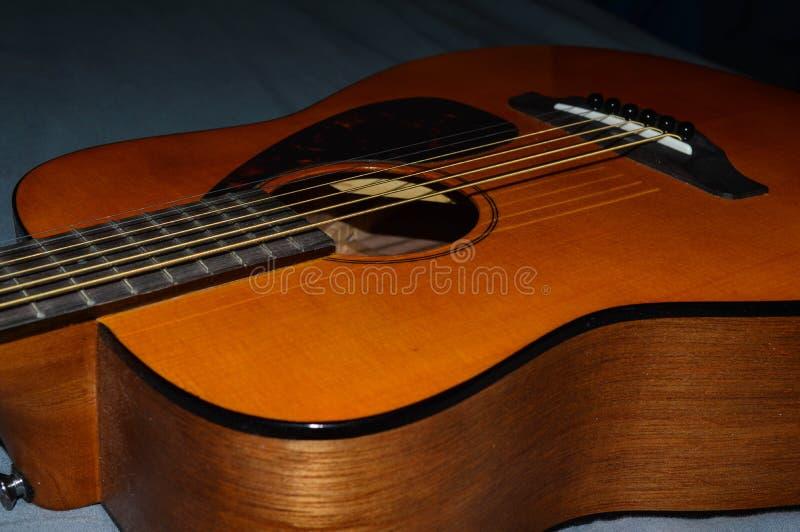 Uma foto do close-up de um corpo da guitarra acústica do ` s da criança e furo sadio para lições de música imagens de stock