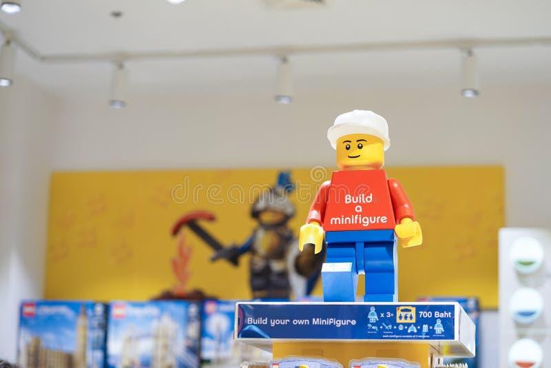 Uma foto do foco macio do minifigure de LEGO O ramo de Banguecoque da loja de LEGO está abrindo em Tailândia no 1º de dezembro de foto de stock royalty free