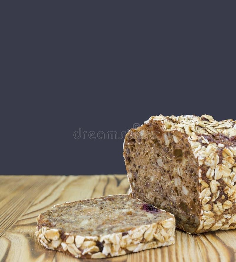 Uma foto do pão de centeio saudável do cereal Pão inteiro da grão com as sementes da cenoura e de girassol Pão fresco marrom escu imagem de stock