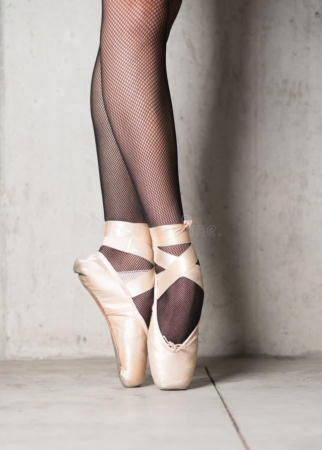 Uma foto dos pointes da bailarina no fundo do concreet foto de stock royalty free