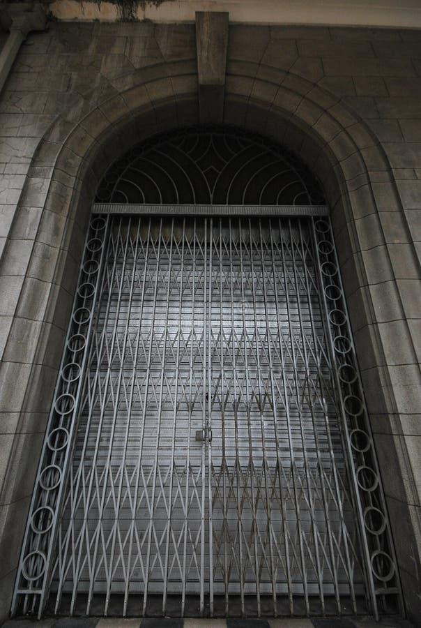 Uma foto larga do ângulo de uma porta de dobramento oxidada imagens de stock royalty free