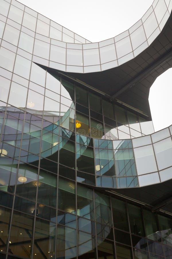Uma foto que olha acima de captura uma construção curvada que cria curvaturas interessantes fotografia de stock