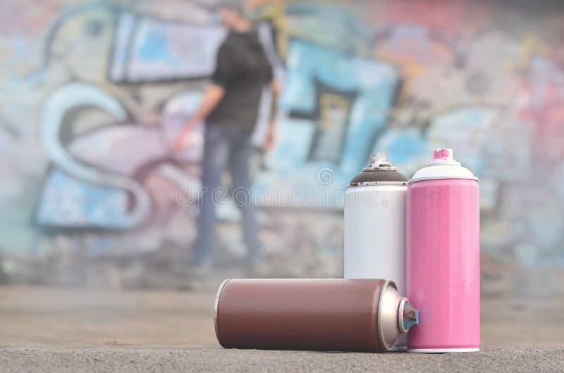 Uma fotografia de um determinado número de latas da pintura contra o graf fotografia de stock