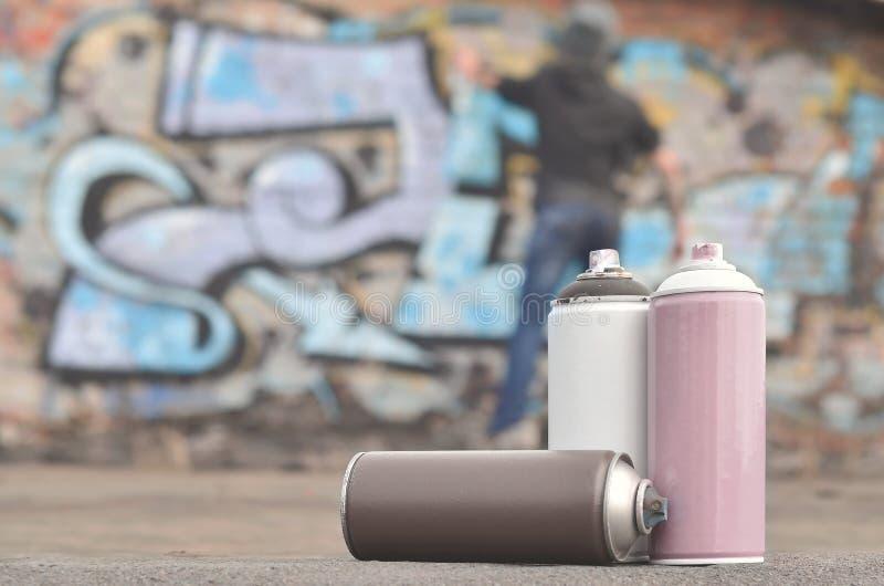 Uma fotografia de um determinado número de latas da pintura contra o graf fotografia de stock royalty free