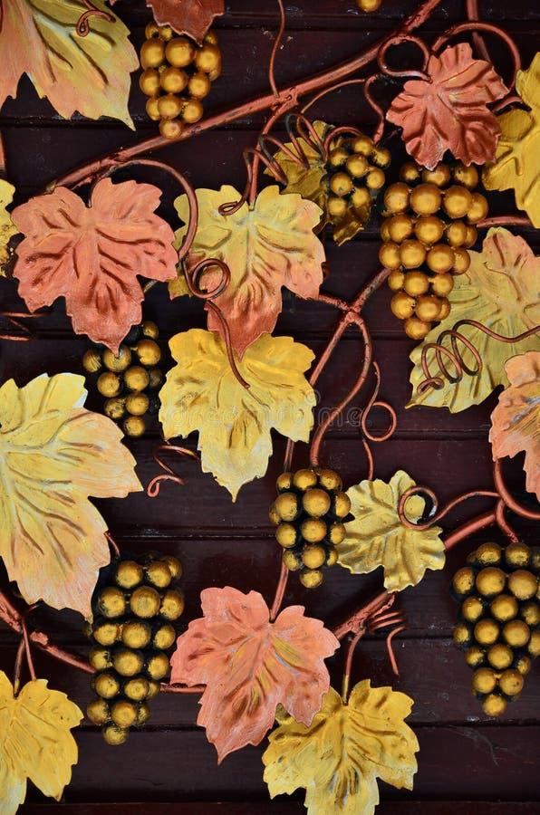 Uma fotografia de uvas forjadas, pintada em tons alaranjados mornos em um fundo de madeira Imagem de fundo no assunto do winemaki ilustração do vetor