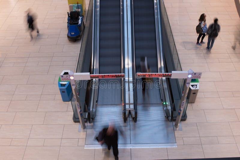 Uma fotografia longa da exposição de duas escadas rolantes no ter do aeroporto de Roma fotos de stock royalty free