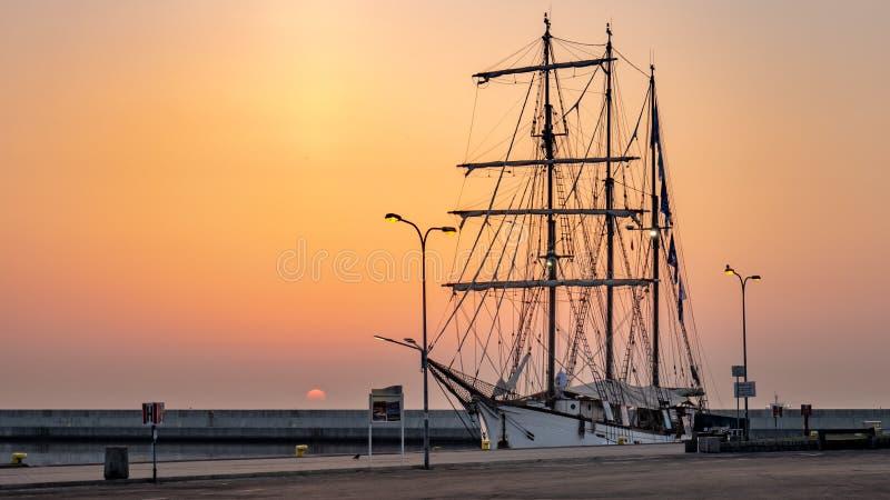Uma fragata surpreendente no nascer do sol, Gdynia, Polônia fotografia de stock royalty free
