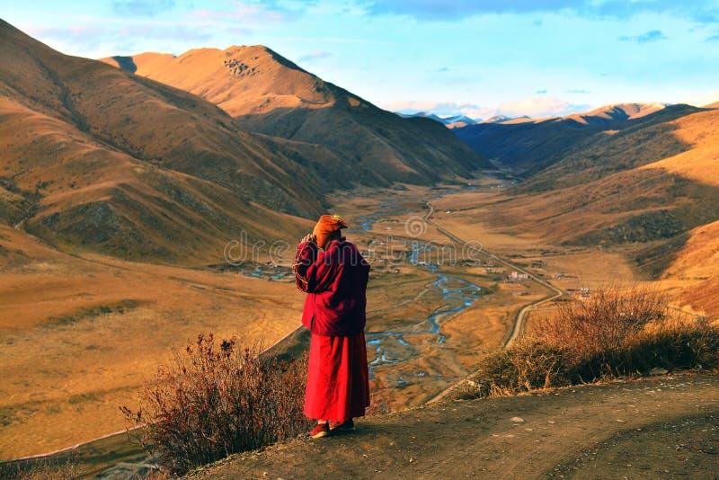 Uma freira na faculdade do buddhism de Seda Larong Wuming fotografia de stock royalty free