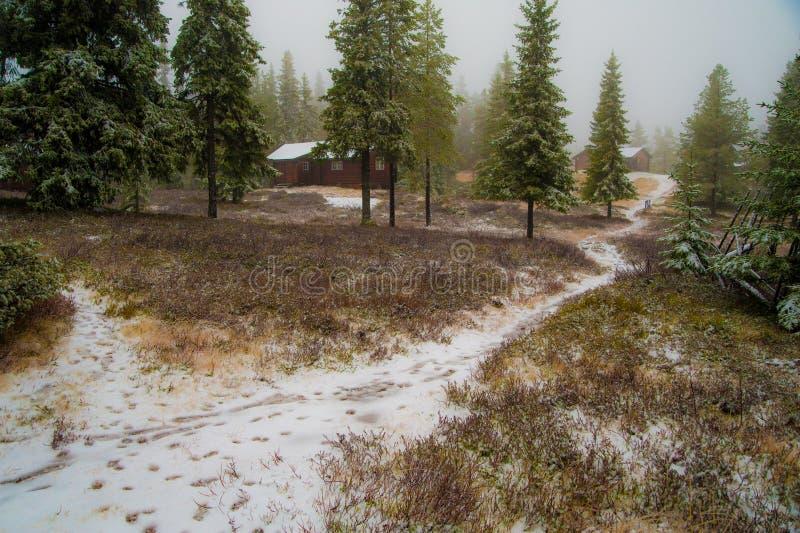 Uma fuga em uma exploração agrícola rural da montanha do inverno foto de stock royalty free