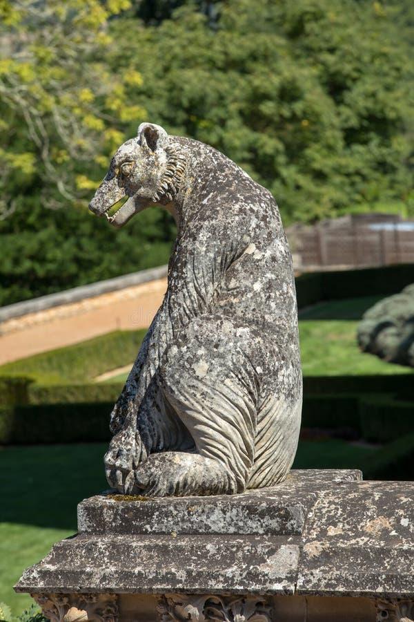 Uma g?rgula no jardim de DES Milandes do castelo imagens de stock royalty free
