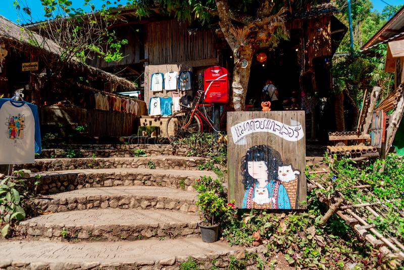 Uma galeria de arte e uma loja de lembrança na vila de Maekampong, Chiang Mai foto de stock royalty free