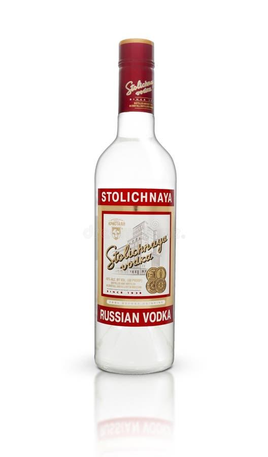 Uma garrafa da vodca de Stolichnaya isolada em um fundo branco imagem de stock