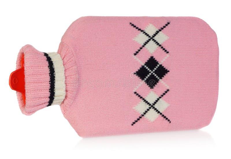 Uma garrafa de água quente na camiseta cor-de-rosa com testes padrões brancos e pretos fotos de stock royalty free