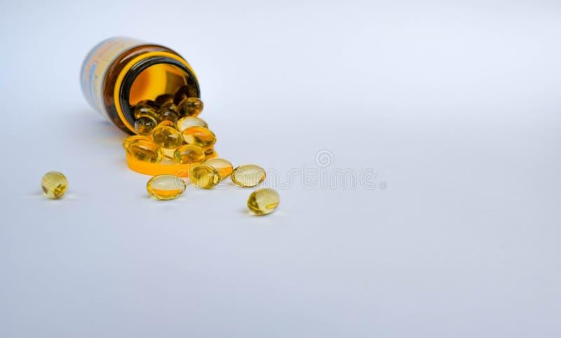 Uma garrafa de cápsulas do óleo com ômega 3 ou vitamina D imagens de stock royalty free