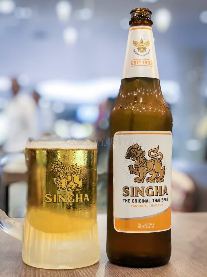 Uma garrafa de cerveja Singha com vidro frio sobre a mesa imagem de stock royalty free