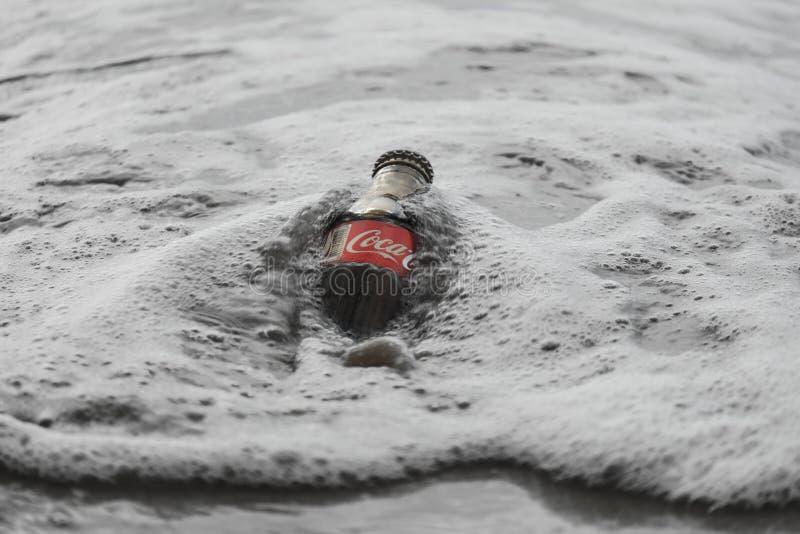 Uma garrafa de Coca-Cola na água gelada imagens de stock