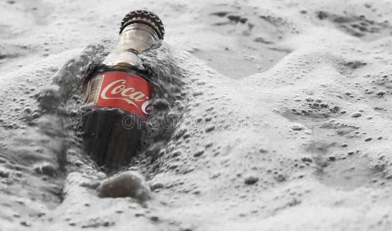 Uma garrafa de Coca-Cola na água gelada fotografia de stock royalty free