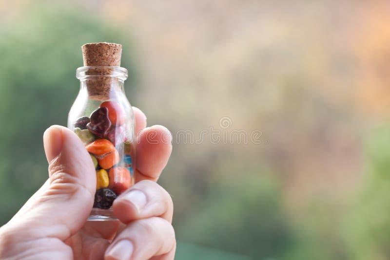 Uma garrafa de doces do seixo imagem de stock royalty free