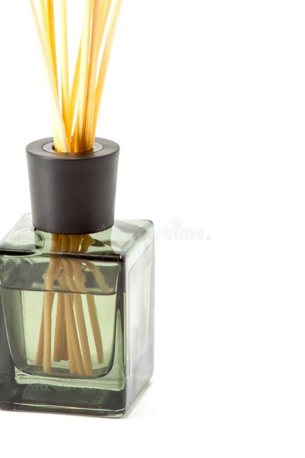 Uma garrafa de varas aromáticas fotografia de stock royalty free