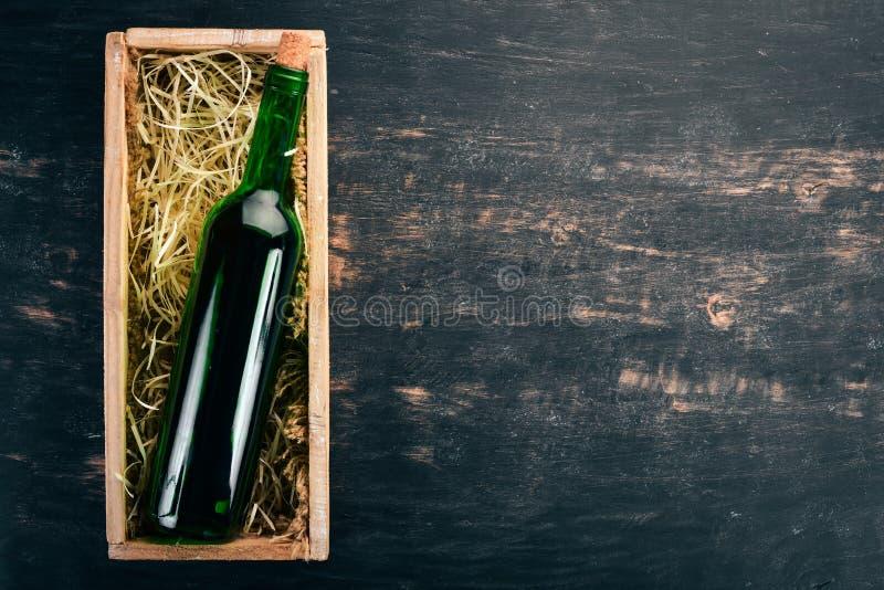 Uma garrafa de vinho tinto velho numa caixa fotos de stock