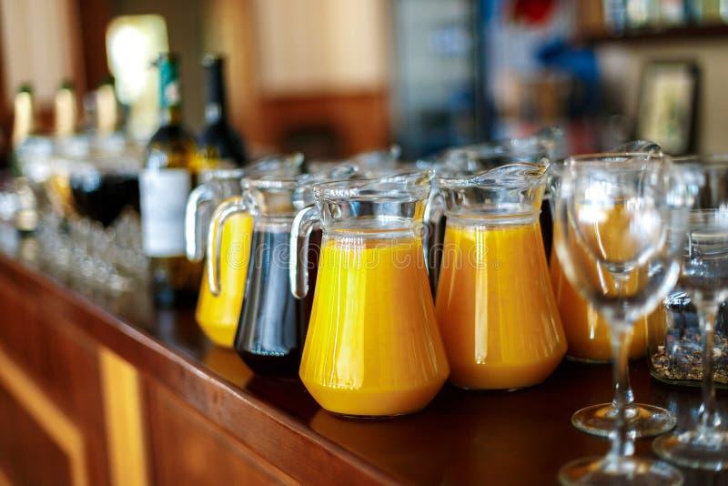 Uma garrafa do suco fresco da laranja e das uvas na barra fotos de stock royalty free