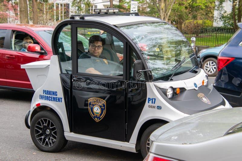 Uma gema esperta elétrica pequena do carro feita pelo Polaris é utilização vista como um veículo de estacionamento da aplicação p fotos de stock royalty free
