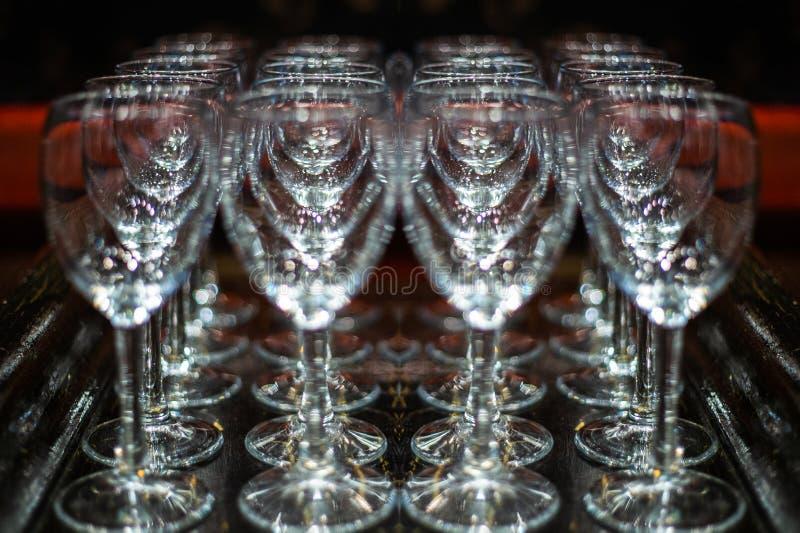 Uma gota da água em um vidro vidro do gelo Vidros de Champagne em uma bandeja imagens de stock royalty free