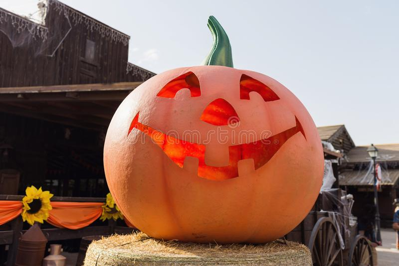 Uma grande abóbora de lanterna sobre palha Feliz conceito de halloween decoração de rua Halloween Scary Jack foto de stock royalty free