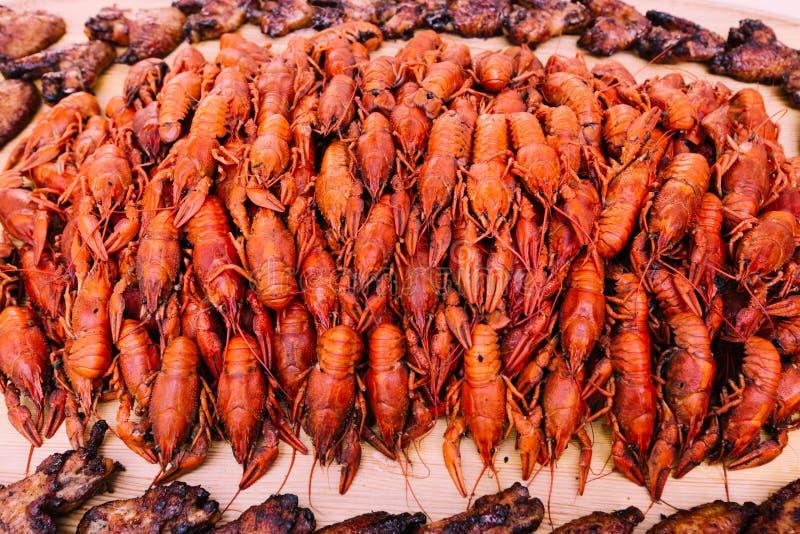 Uma grande bandeja com lagostins vermelhos imagem de stock