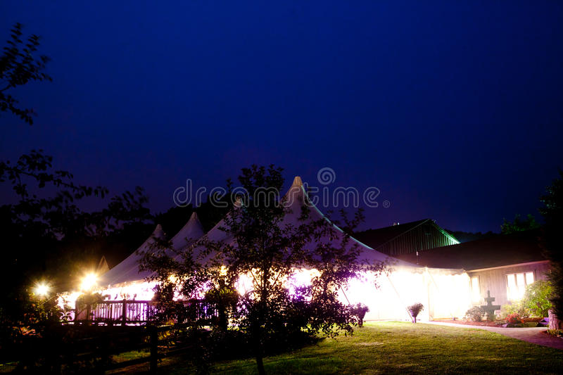 Uma grande barraca do casamento fotos de stock royalty free