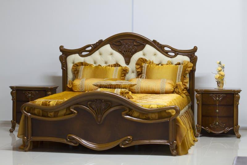 Uma grande cama no quarto. imagens de stock royalty free