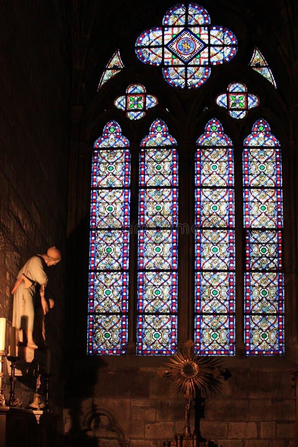 Uma grande janela de vitral em uma sala escura fotografia de stock