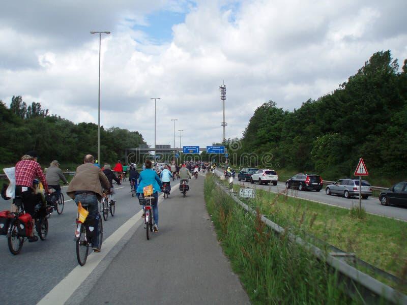 Uma grande multidão de cavaleiros da bicicleta em uma estrada alemão foto de stock royalty free