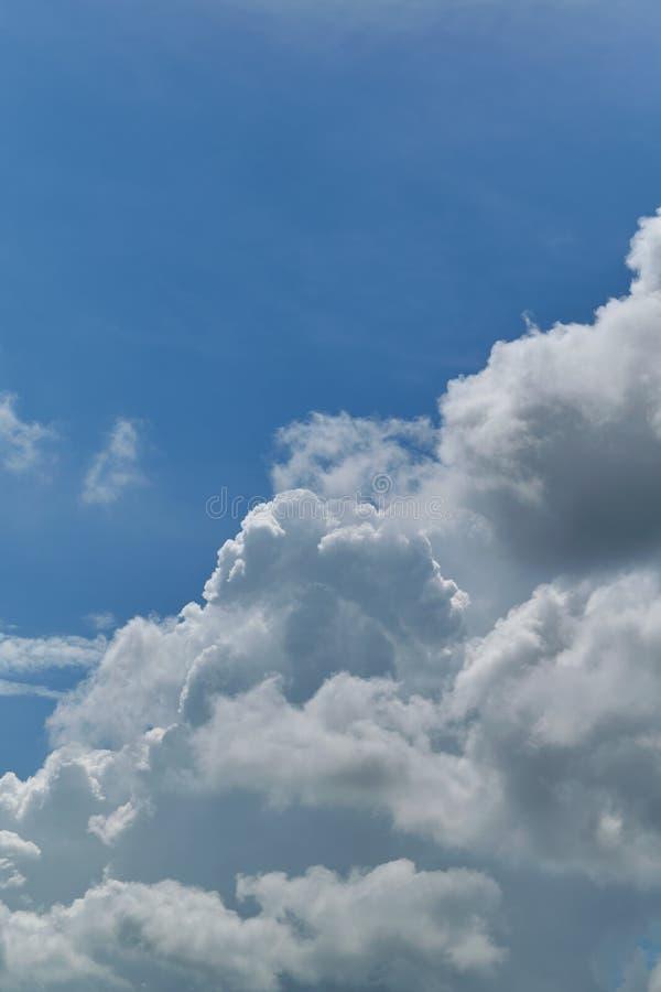 Uma grande nuvem de cúmulo contra um céu azul claro fotografia de stock