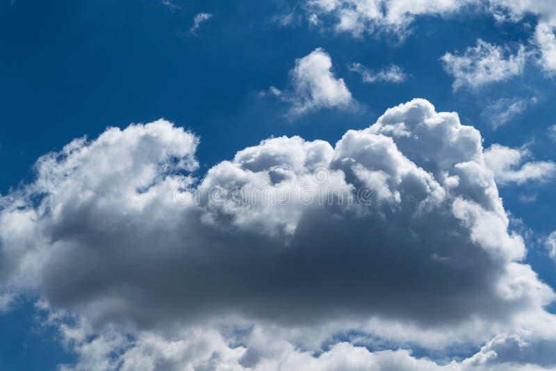 Uma grande nuvem de cúmulo no céu claro azul imagens de stock royalty free