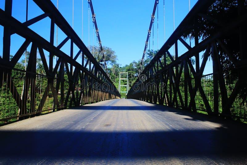 Uma grande ponte do metal com cabos da segurança e as barras de metal grossas fotografia de stock royalty free