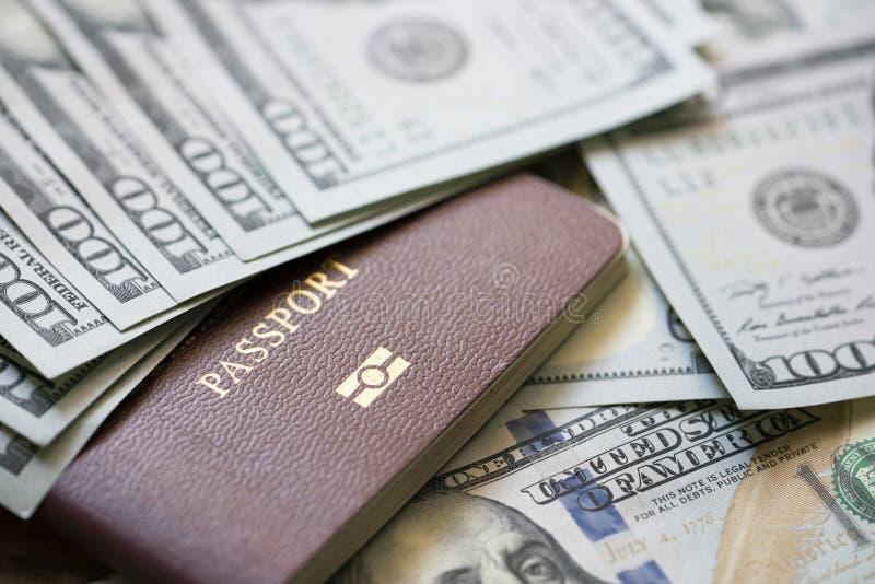Uma grande quantidade de 100 notas do dinheiro do d?lar americano sobre uma pilha de passaportes fotos de stock royalty free