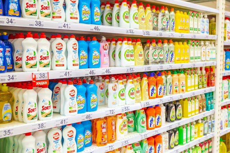 uma grande seleção de produtos de limpeza nas prateleiras da loja imagens de stock
